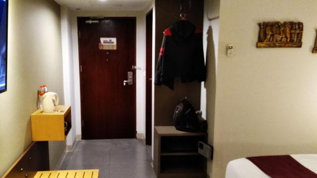 ベット側から見た部屋の入口