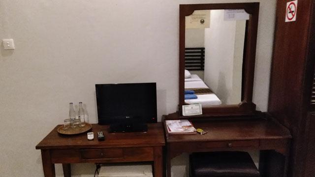 ライティングデスクとテレビ