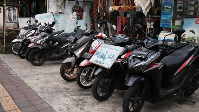 レンタルバイク屋の店先