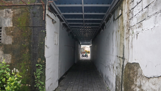 裏の通りに出る通路