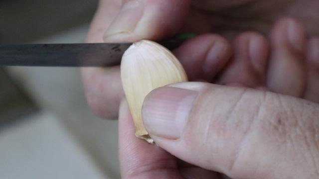 ニンニクの薄皮をむく
