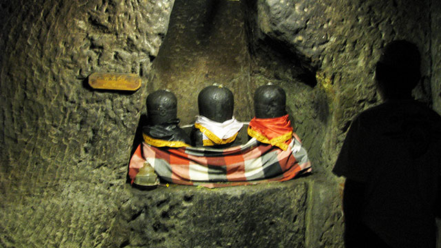 ゴアガジャにあるヒンドゥー3神を表したリンガ象