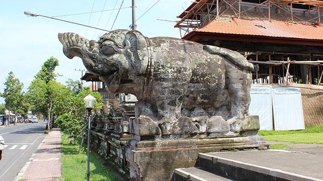 プナタランサシ寺院入り口の像