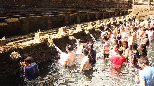 ティルタエンプル寺院の沐浴場