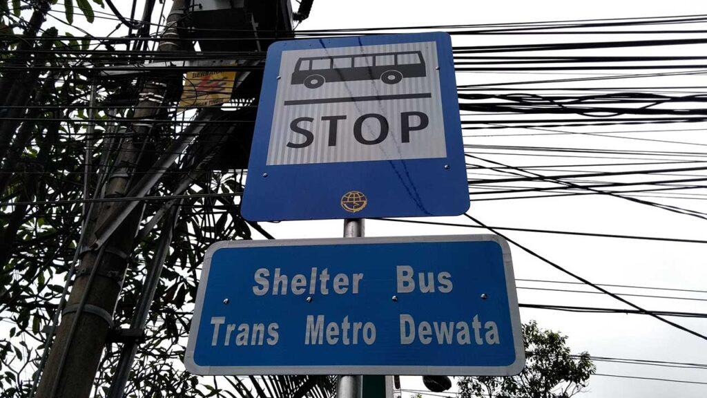 トランスメトロデワタのバス停表示板